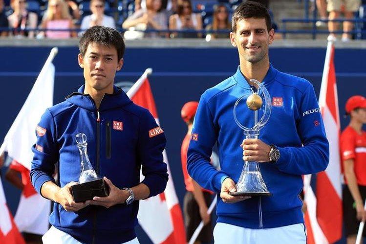 Kei Nishikori y Novak Djokovic posan con el trofeo del segundo y primer lugar respectivamente del Master 1000 de Toronto. (Foto Prensa Libre: EFE)