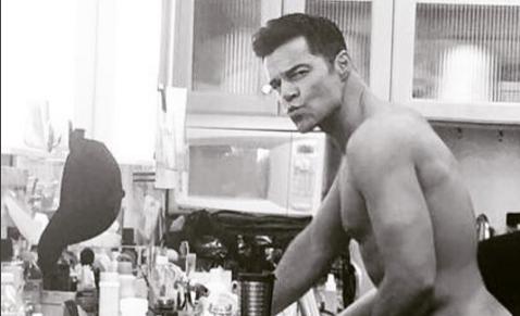 Ricky Martin lució parte de su cuerpo en el momento en el que le aplicaban un poco de maquillaje (Foto Prensa Libre: Instagram).