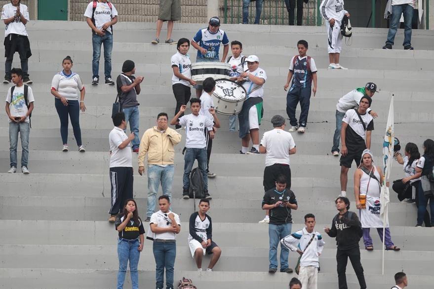 Poca afición en el partido entre Comunicaciones y Petapa. (Foto Prensa Libre: Norvin Mendoza)
