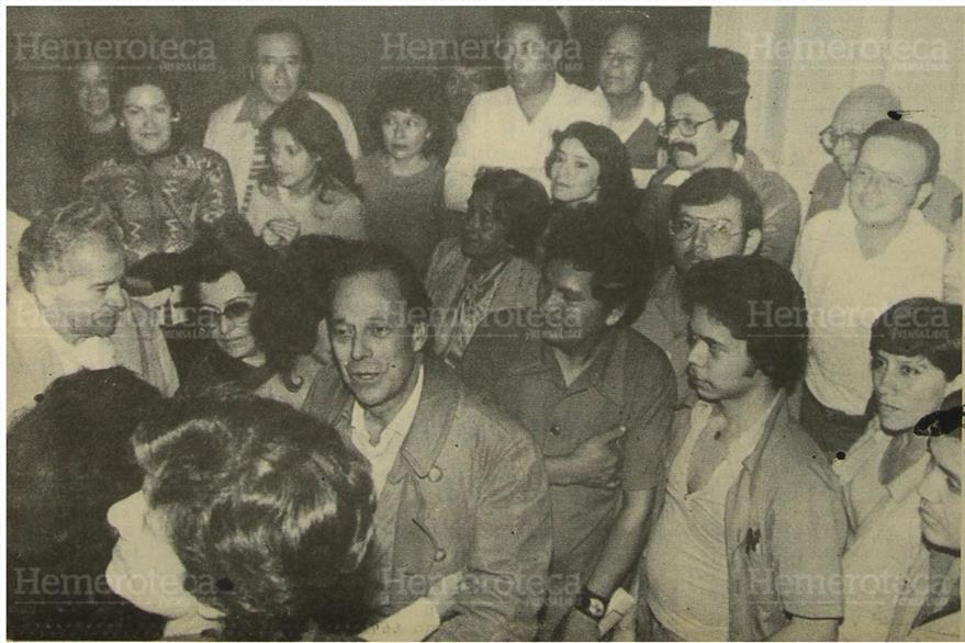 23/10/1983 Pedro Julio rodeado del personal de este diario, familiares y amigos.(Foto: Hemeroteca PL)