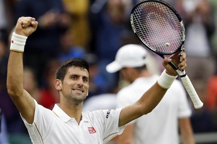 Novak Djokovic continúa en su carrera por alcanzar el título por Wimbledon. (Foto Prensa Libre: AFP)