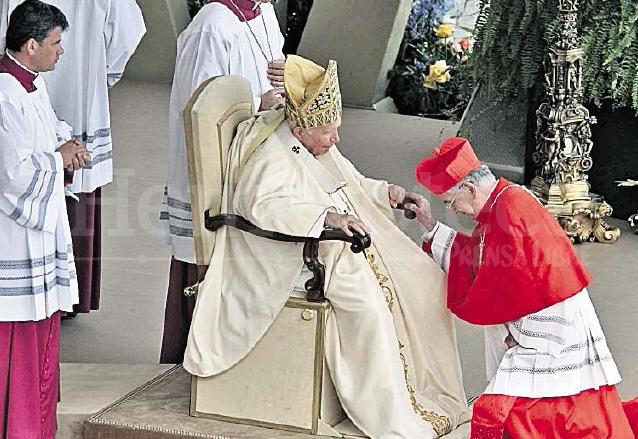 El 21 de octubre de 2003, monseñor Quezada Toruño recibió el cardenalato de manos del papa Juan Pablo II en la Ciudad del Vaticano. (Foto: Hemeroteca PL)