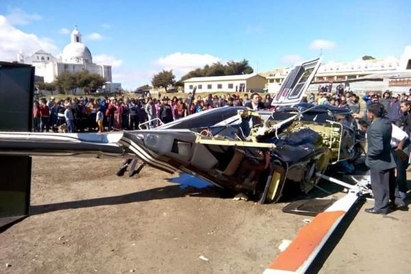 """<p>Vecinos observan el helicóptero con daños. <br _mce_bogus=""""1""""></p>"""