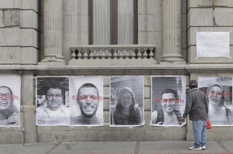Los ciudadanos que caminan por el sector se detienen a observar las fotografías y leer los mensajes. (Foto Prensa Libre: Cortesía)