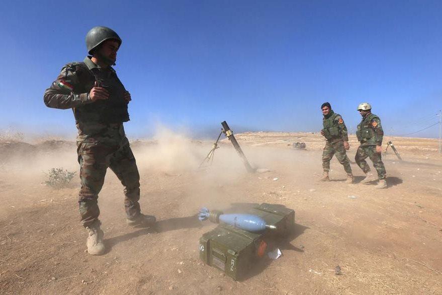 Curdos peshmergas lanzan bombas en el monte Zardak, a unos  about 25 kilometros al este de Mosul. (Foto Prensa Libre: AFP).