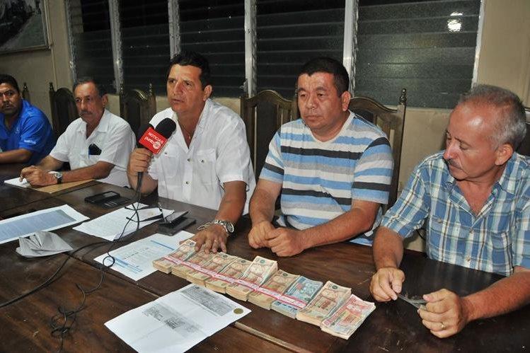 De izquierda a derecha - Julio Mejia, Constantino Ríos y Jesus Santizo, integrantes de la directiva de Coatepeque. (Foto Prensa Libre: Alexander Coyoy)