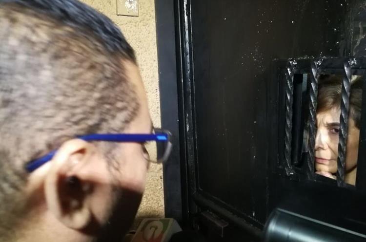 Nineth Montenegro conversa a través de la puerta del Congreso con un representante de los manifestantes. (Foto Prensa Libre: Esturado Paredes)