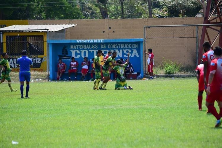 Jugadores de Nueva Concepción festejan la victoria contra Iztapa. (Foto Prensa Libre: Carlos Paredes)