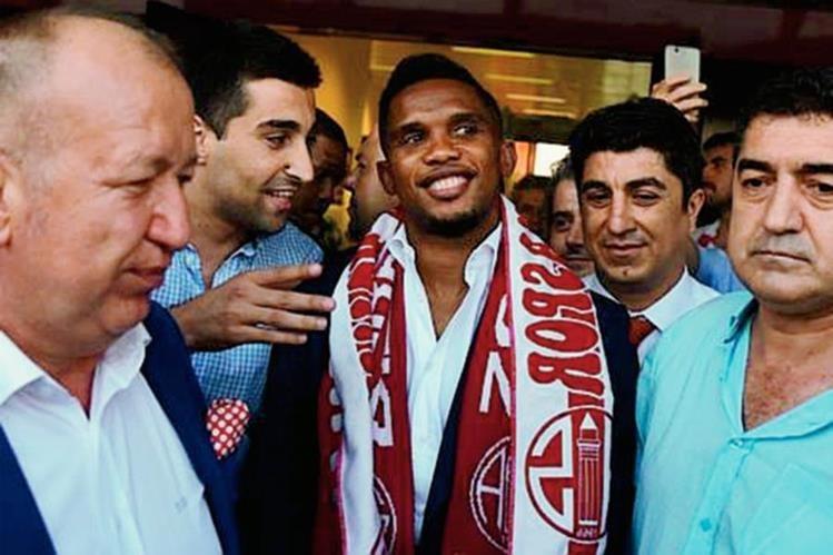 Así fue recibido el jugador camerunés, a su llegada a Antalya. (Foto Prensa Libre: tomado de Internet)