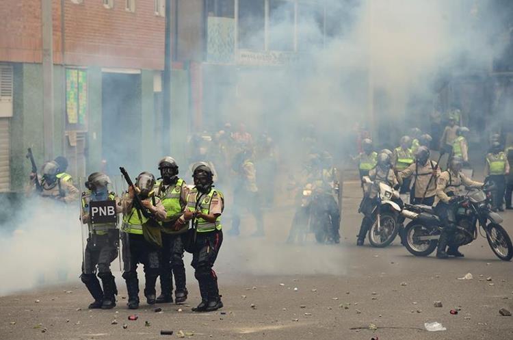Policía reprime de nuevo a manifestantes. (Foto Prensa Libre: AFP)