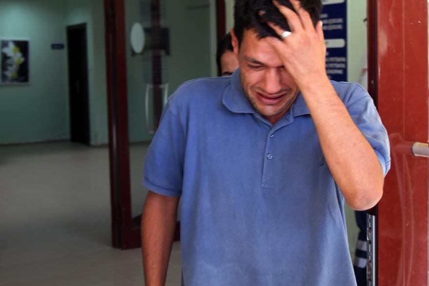 Abdullah Kurdi, se lamenta de la muerte de sus dos hijos, su esposa y uno de sus hermanos. Solo él sobrevivió a la tragedia. (Foto Prensa Libre: AP).