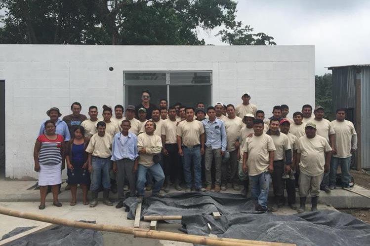 Ricardo Arjona posa junto a los trabajadores de la segunda escuela promovida por la Fundación Adentro. (Foto Prensa Libre: @Ricardo_Arjona)