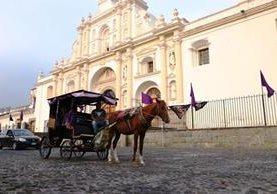 Paseos en carruajes rememoran el transporte en tiempos de la colonia en Antigua Guatemala, Sacatepéquez. (Foto Prensa Libre: Renato Melgar)