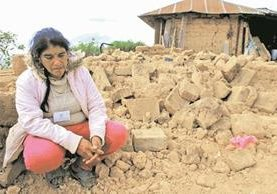 Clementina Areaga Roblero, junto a los escombros de la vivienda que habían construido con su esposo Luis López, en el cantón Nueva Esperancita, Majadas, Tacaná. (Foto Prensa Libre: Álvaro Interiano)