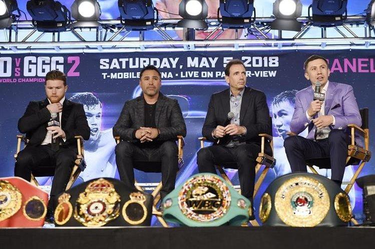 Óscar de la Hoya (segundo de izquierda a derecha) anunció la semana anterior que la pelea entre Álvarez y Golovkin se realizaría en Las Vegas. (Foto Prensa Libre: AFP)
