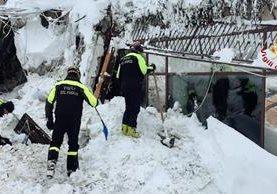 Rescatistas participan en una operación de rescate frente al Hotel Rigopiano.(AFP).