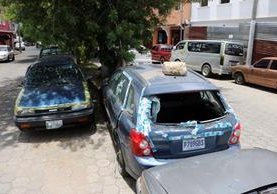 La acumulación de vehículos consignados por la Policía Nacional Civil afecta el ornato y contamina el ambiente.(Foto Prensa Libre: Carlos Ventura)