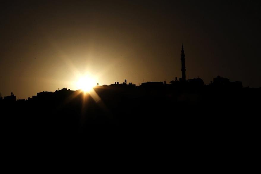 Vista de la silueta de la mezquita Al Kabeer durante la puesta de sol, en la aldea de Yabad, Cisjordania, con la cual comenzó el mes del ramadán. (Foto Prensa Libre: EFE).