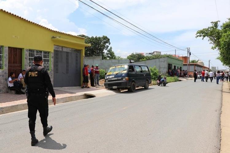 El microbús que conducía Ángel Geovanny Sosa Flores cuando fue baleado se encunetó frente a una vivienda, en la zona 4 de Chiquimula. (Foto Prensa Libre: Mario Morales)