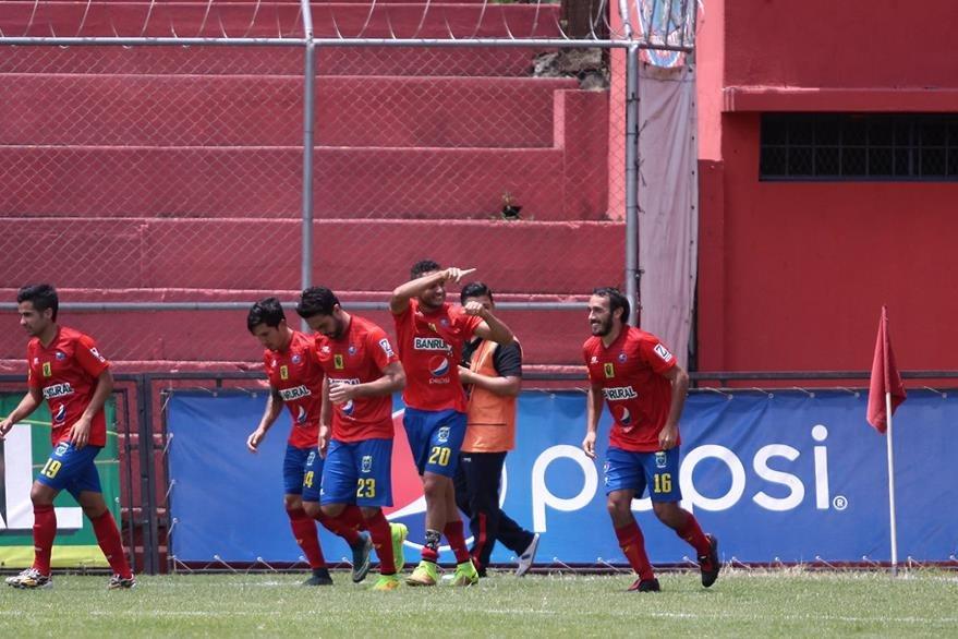 La celebración de Guerra con sus compañeros luego del gol. (Foto Prensa Libre: Jesús Cuque)