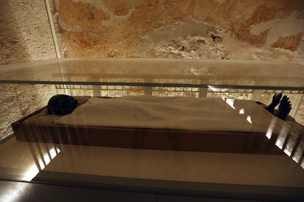 La momia de Tutankamón mostrada al público en el Valle de los Reyes de Luxor, Egipto.