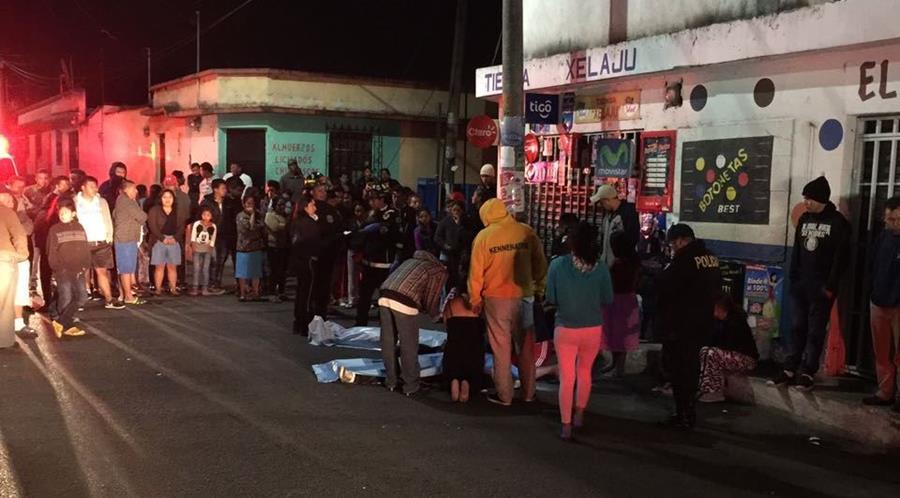 Los cuerpos de las víctimas quedaron sobre la calle. (Foto Prensa Libre: Noti San José Villa Nueva)