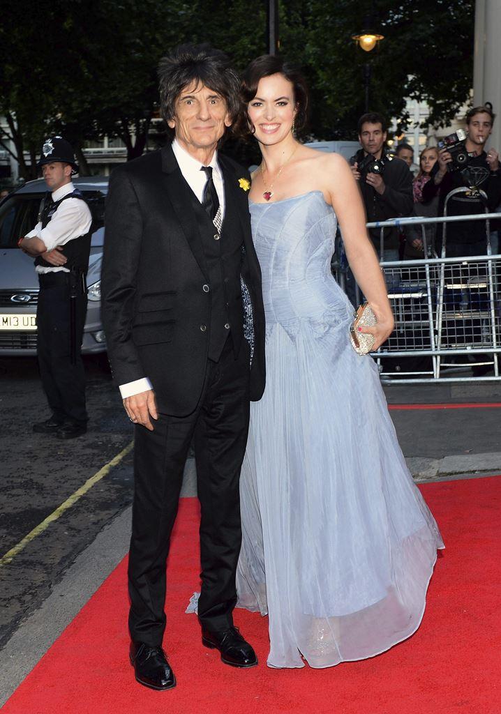 El músico británico Ron Wood, de los Rolling Stones y su mujer, Sally Humphreys, que esperan gemelos en 2016. (Foto Prensa Libre: EFE)