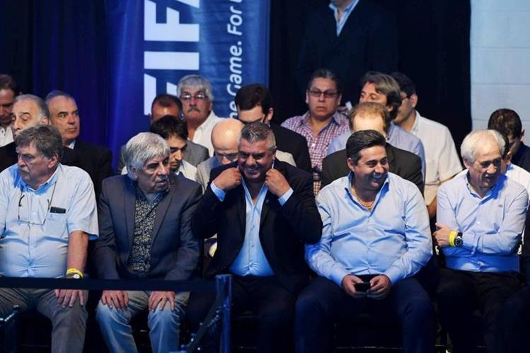 Claudio Tapia (centro) es el nuevo presidente de la AFA. (Foto Prensa Libre: Twitter)
