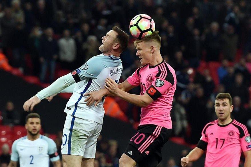 Jugadores de Inglaterra y Escocia, lucieron la Amapola, desafiando así a la prohibición de la Fifa. (Foto Prensa Libre: AFP)