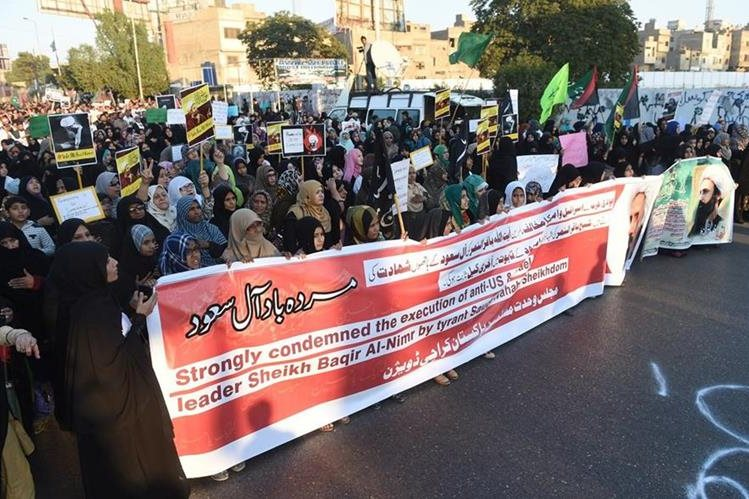 Mujeres pakistaníes marchan en protesta por la ejecución de Nimr al-Nimr en Arabia Saudí. (Foto Prensa Libre: AFP).