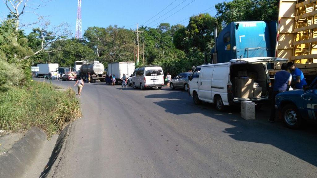 Protesta causa caos vehicular en el km 212 de la ruta al suroccidente. (Foto Prensa Libre: Alexánder Coyoy).