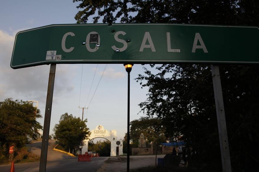Orificios de proyectiles en el anuncio de llegada al municipio de Cosalá. (Foto Prensa Libre: EFE).