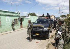 Autoridades realizan operativos en varias viviendas de Zaragoza, Chimaltenango. (Foto Prensa Libre: Víctor Chamalé)