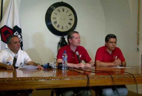 Representantes de la cervecería Centro Americana anuncia suspensión de festividad. (Foto Prensa Libre: Sergio Morales)