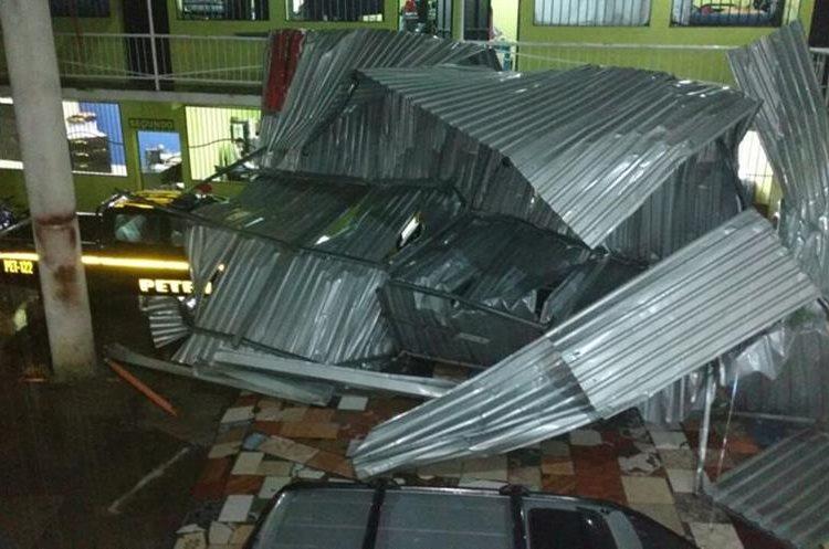 Techo dañado en la Comisaría 62 de la PNC en Petén. Foto Prensa Libre: Rigoberto Escobar.