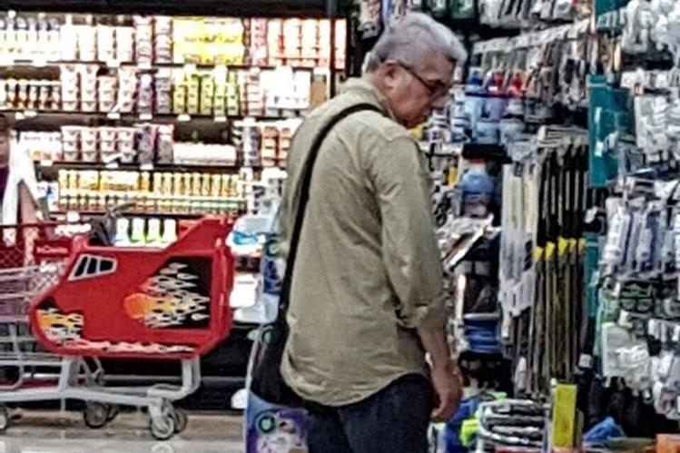 El diputado Rabbé es fotografiado mientras compra algunos artículos en un centro comercial de Nicaragua. (Foto Prensa Libre: Hemeroteca PL)
