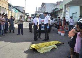 Un hombre no identificado murió baleado en la zona 4. Se desconocen las causas. (Foto Prensa Libre: Bomberos Municipales).