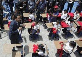 Jimmy Morales se dirige a los estudiantes, quienes permanecieron bajo el sol. (Foto Prensa Libre)