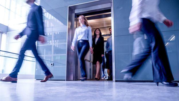 Si prefieres lo predecible, usar las escaleras es mejor que usar el ascensor. GETTY IMAGES