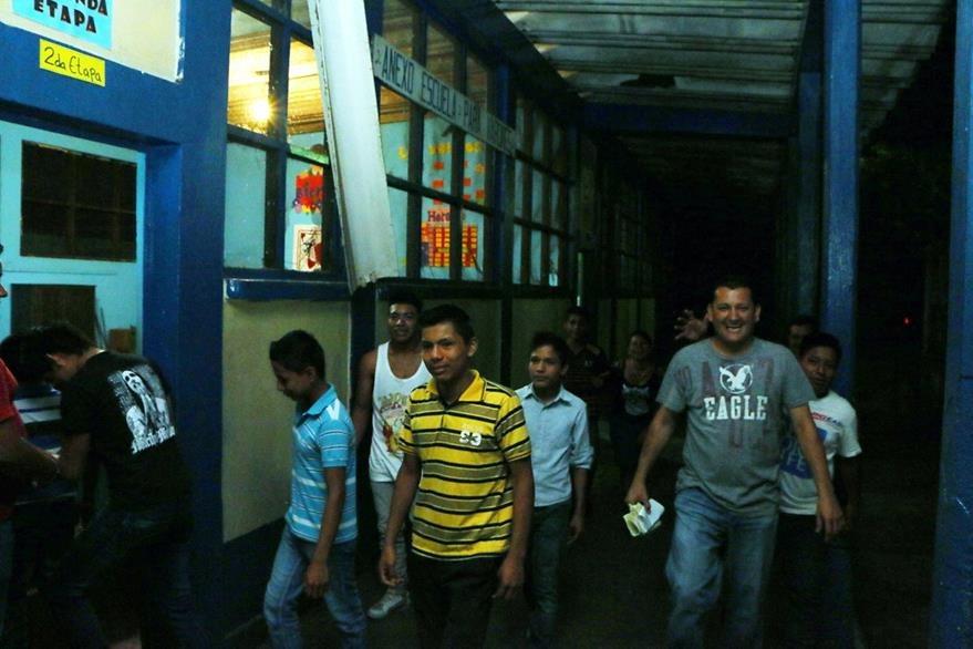 Estudiantes piden a las fuerzas de seguridad que efectúen operativos en la zona para evitar robos. (Foto Prensa Libre: Rolando Miranda)