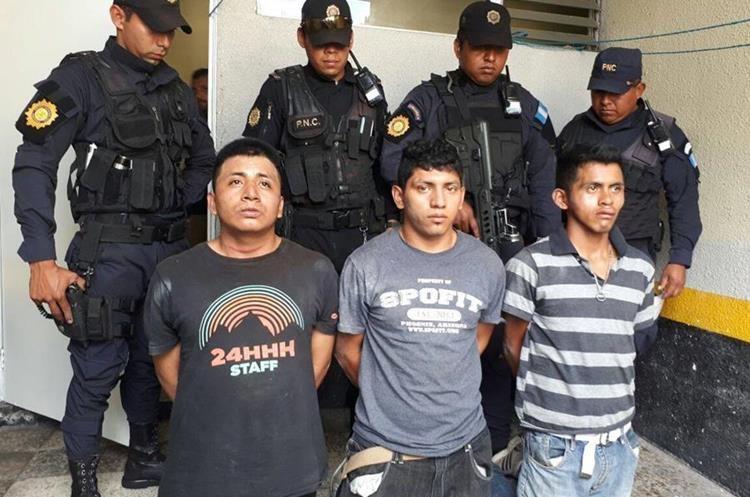 Tres de los cinco pandilleros detenidos por el ataque armado en el Hospital Roosevelt. (Foto Prensa Libre: PNC).