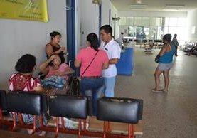 Pacientes del Hospital Nacional de Retalhuleu esperan ser atendidos. (Foto Prensa Libre: Jorge Tizol)