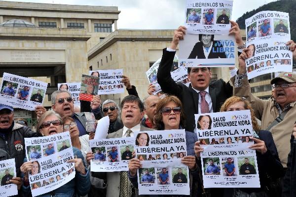 Periodistas exigen la liberación de Salud Hernández,Diego D'Pablos y Carlos Melo. (Foto Prensa Libre:EFE)