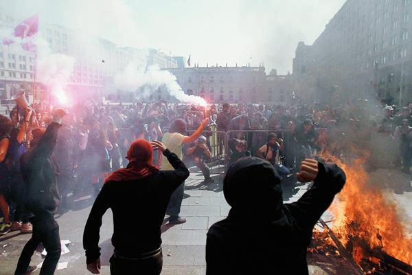 Estudiantes se enfrentaron a la policía chilena. (Foto Prensa Libre: EFE).