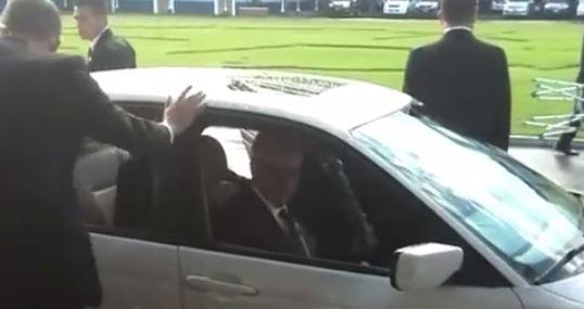 Maldonado aborda su vehículo particular luego de una reunión con los altos mandos del Ejército. (Foto Prensa Libre: Henry Pocasangre)