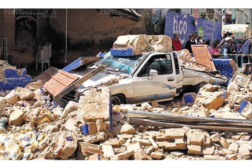 Las paredes de un antiguo inmueble en el centro de San Marcos cayeron sobre un vehículo. (Foto: Hemeroteca PL)