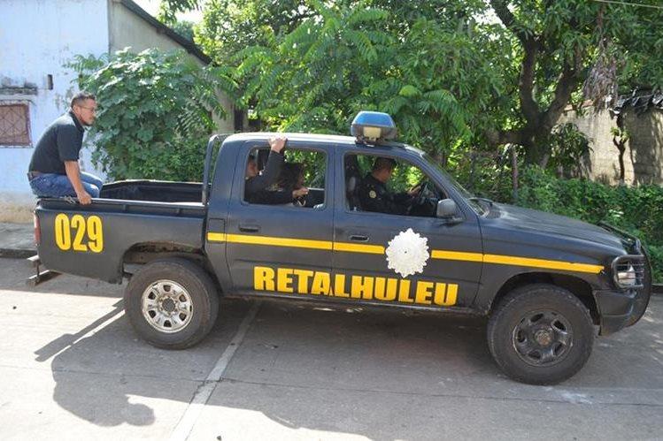 Agentes de la PNC trasladan a la menor que fue encontrada en la zona 4 de la cabecera. (Foto Prensa Libre: Jorge Tizol).