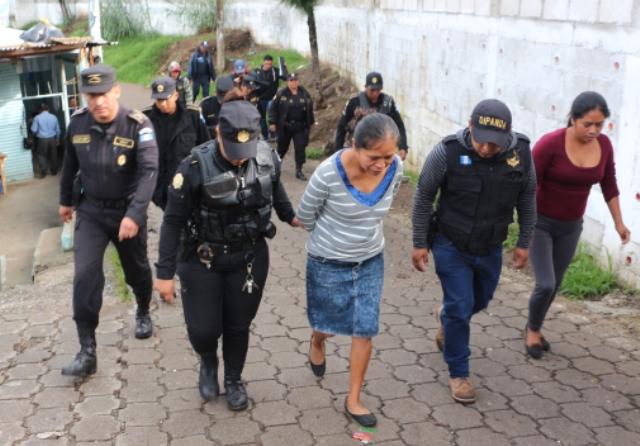 Dos mujeres son trasladadas al centro de operaciones por agentes para hacer el registro. (Foto Prensa Libre. PNC)