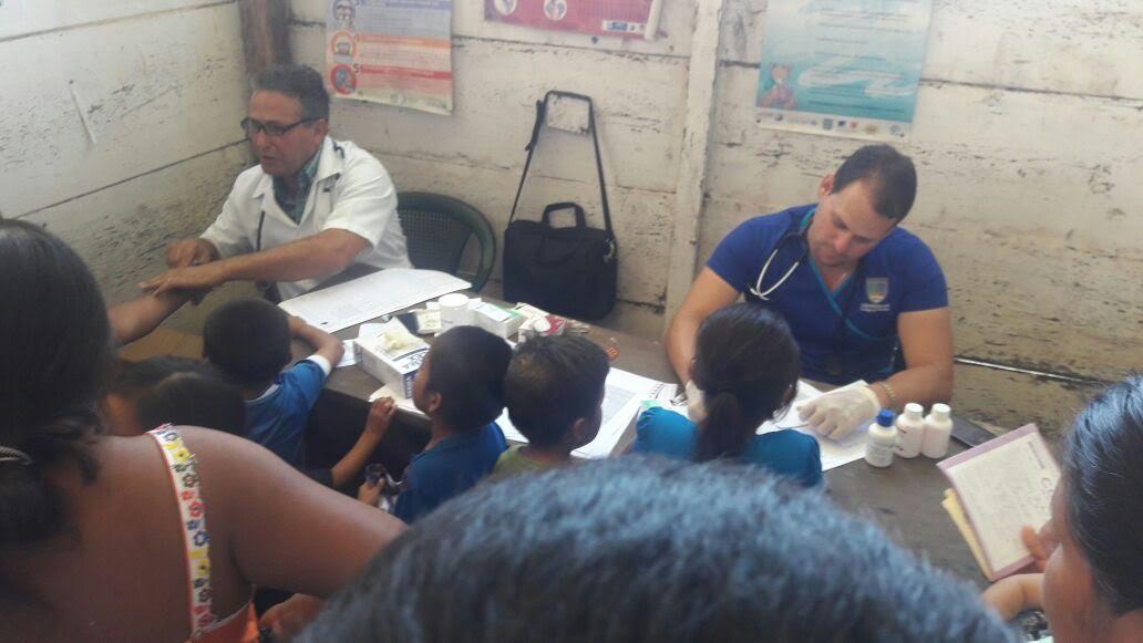 Personal médico de Sayaxché examina a pacientes que padecen infecciones en la piel por contaminación del agua. (Foto Prensa Libre: Rigoberto Escobar)