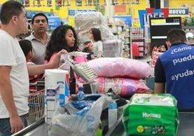 Tiendas de conveniencia reciben un aumento en la afluencia de visitantes e incremento en ventas, por prestación recibida por los empleados. (Foto Prensa Libre: Erick Ávila)